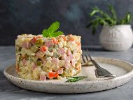 Руска салата / предястие с пушено пилешко месо (бутче), варени картофи, моркови, яйца и майонеза